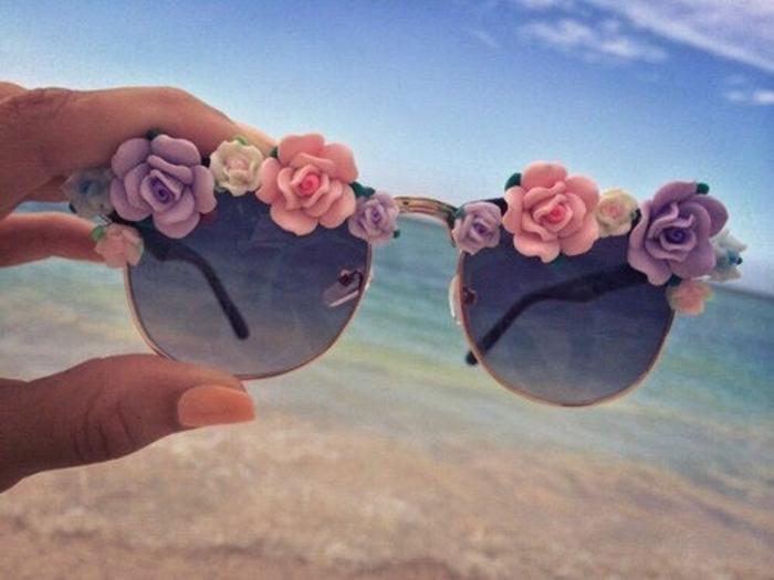 Occhiali da sole decorati con dei piccoli fiorellini incollati sulla montatura
