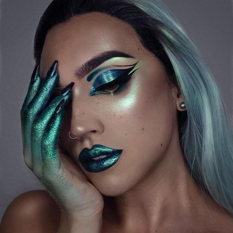 Trucco Halloween ragazza, idea per un make up con ombretto glitter di colore blu