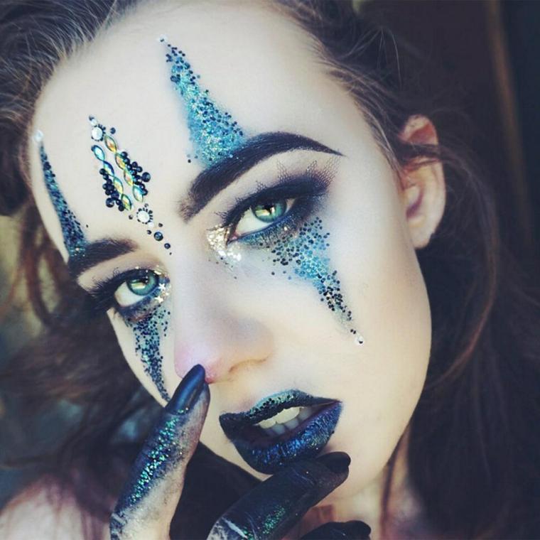 Trucchi per Halloween semplici, ragazza truccata con un ombretto glitter di colore blu