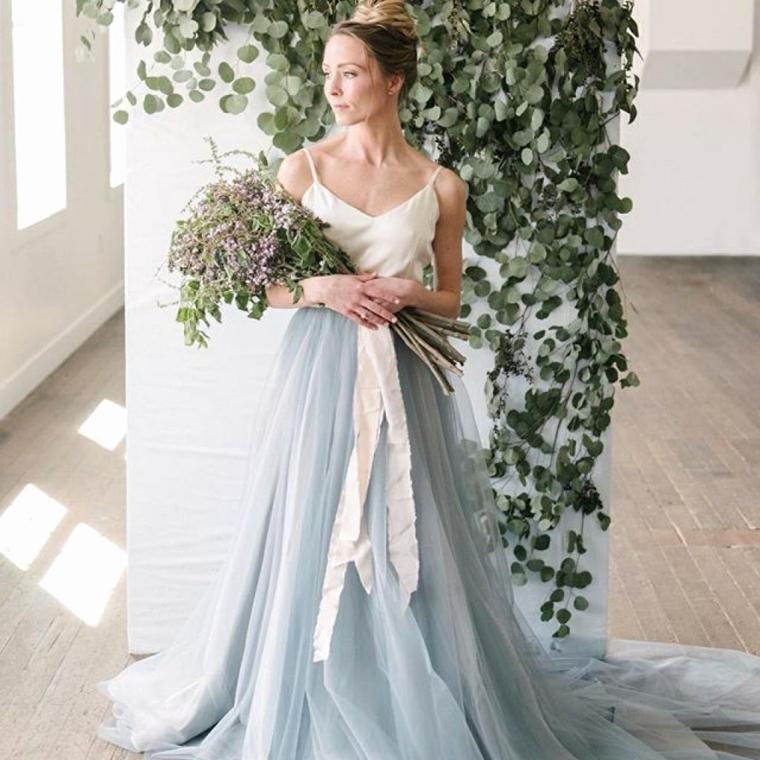 Donna con un vestito da cerimonia con parte bassa in tulle di colore azzurro