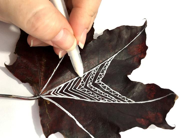 Immagini paesaggi autunnali e un'idea con una foglia secca e disegno con pennarello bianco