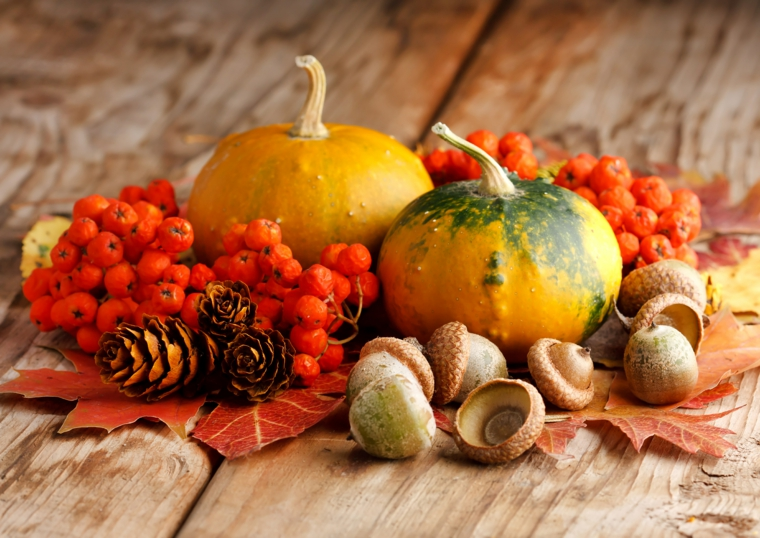 Immagini foglie autunnali e un'idea con centrotavola con pigne, ghiande e zucche