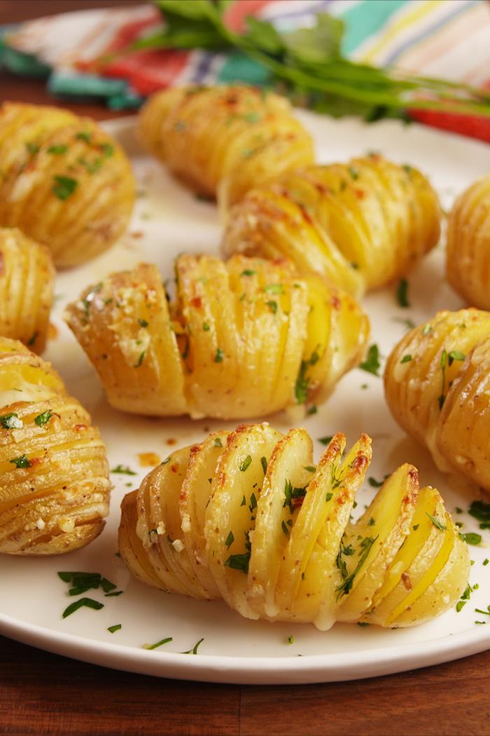 Antipasti veloci vegetariani e un'idea con delle patate tagliate a fisarmonica e cotte al forno