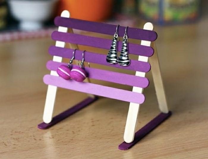 Idee lavoro artigianale con dei stecchini di legno colorati e assemblati come un portagioie