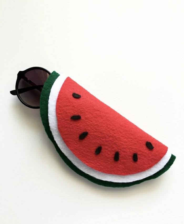 Astuccio per occhiali da sole di feltro, idee lavoro artigianale con dei motivi frutta e cocomero