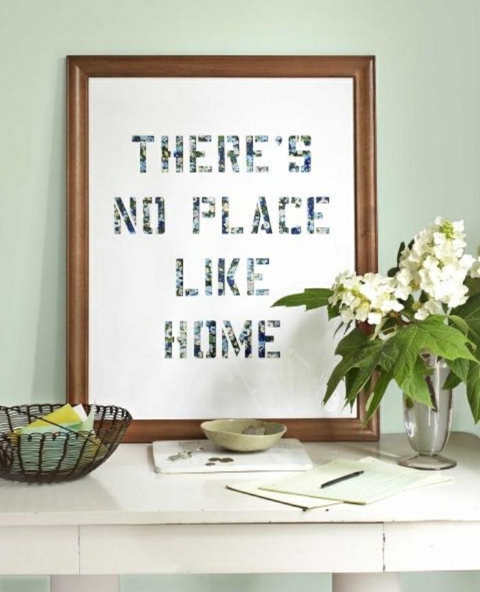 Decorare la casa con un quadro fai da te e scritta originale