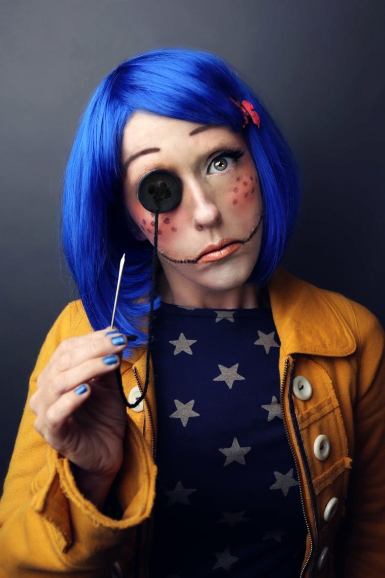 Trucco bambola assassina, ragazza con un make up per Halloween e parrucca blu
