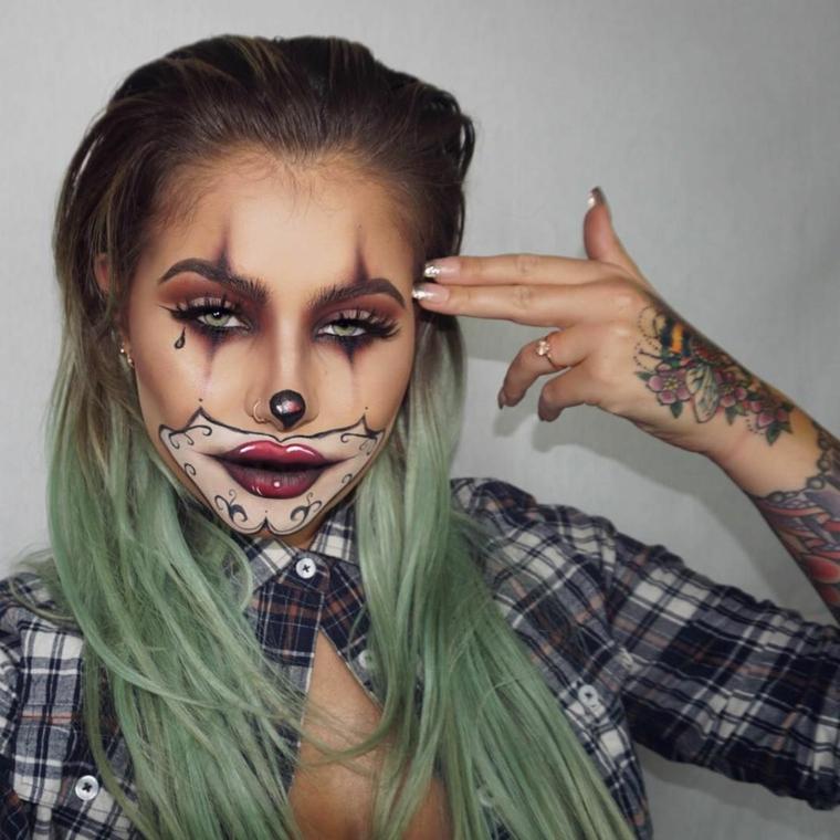 Idea per un make up da pagliaccio, ragazza con tatuaggi e make up particolare