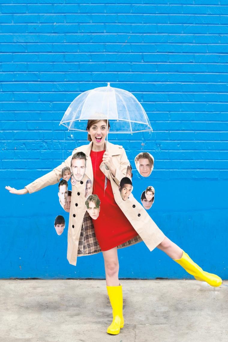 Costumi Halloween ragazza con ombrello trasparente e facie di d persone famose ritagliate da gionali
