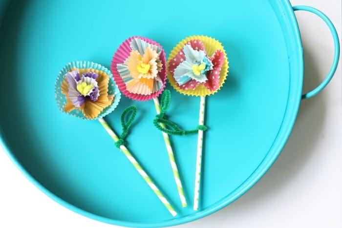 Lavoretti per bambini, bastoncini di legno e formine di carta incollati come petali di fiore