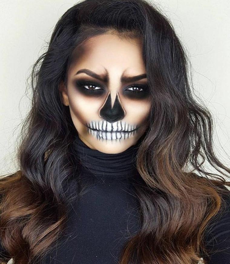 Make up da scheletro per una ragazza con i capelli castani, trucco ombrè con ombretto nero