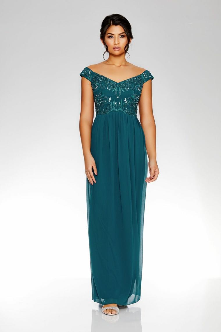 Idea abbigliamento donna per una cerimonia con un vestito blu e scollatura omerale