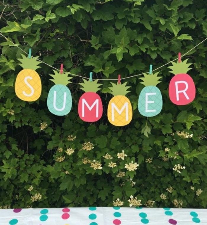 Idee lavoro creativo per decorare il giardino con una ghirlanda di ananas con scritta