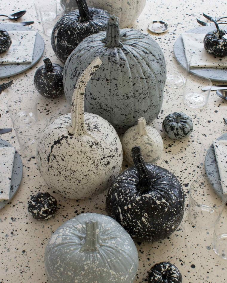 Zucche di Halloween come centrotavola, decorate con schizzi di vernice nera