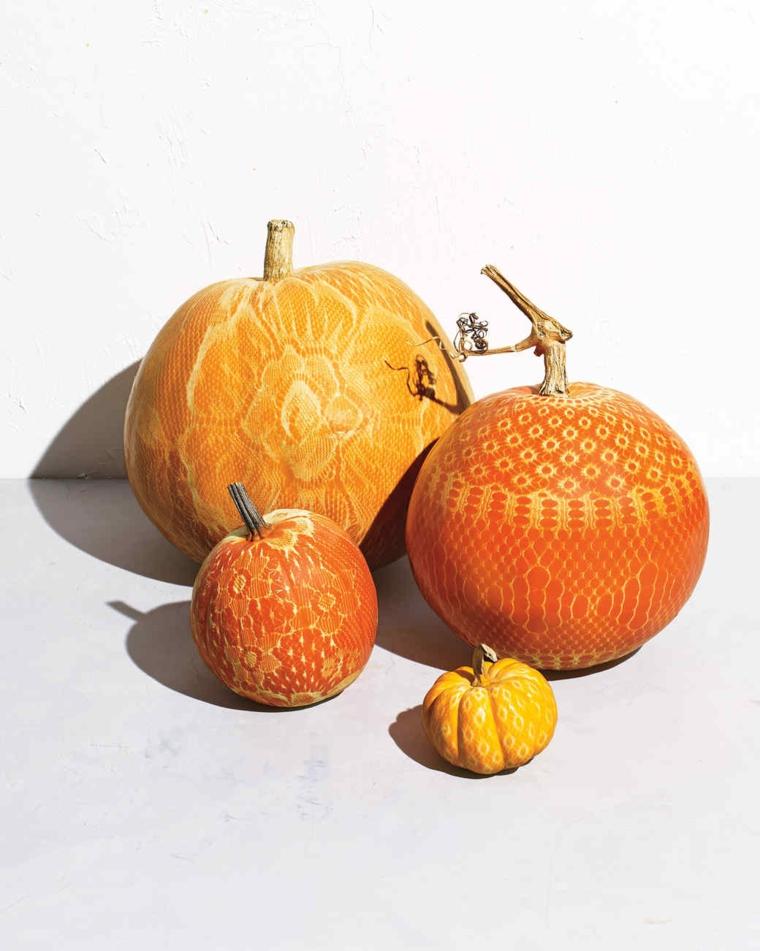Intagliare zucca di Halloween con diverse forme e motivi floreali