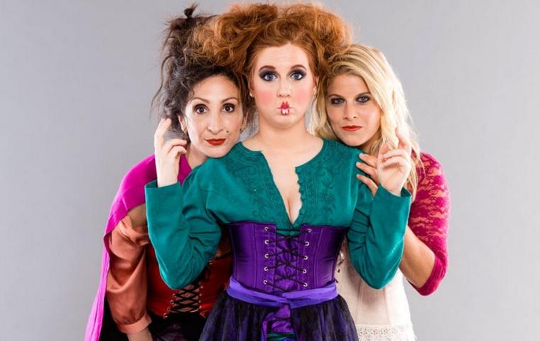 Travestimenti Halloween di tre ragazze come streghe, idea trucco con rossetti e matita nera
