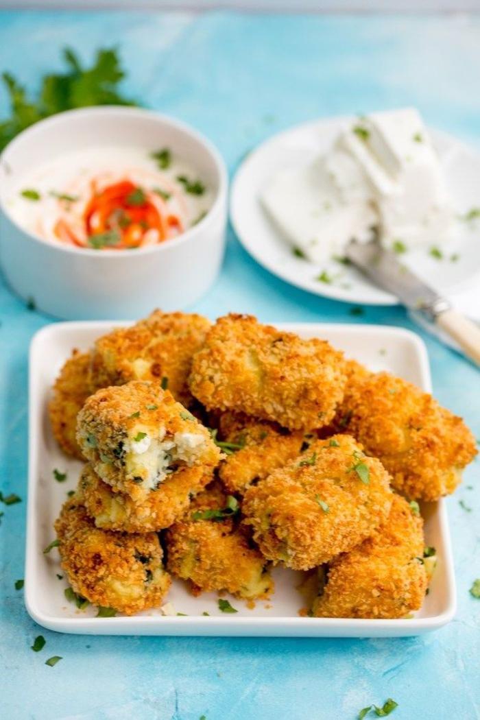 Aperitivo vegetariano e fritti con una salsa si bianca in piccola ciotola