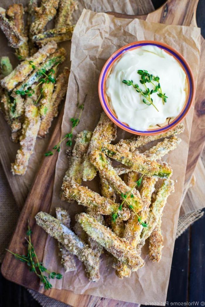 Antipasti veloci vegetariani e un'idea con dei bastoncini fritti di zucchine con salsa bianca
