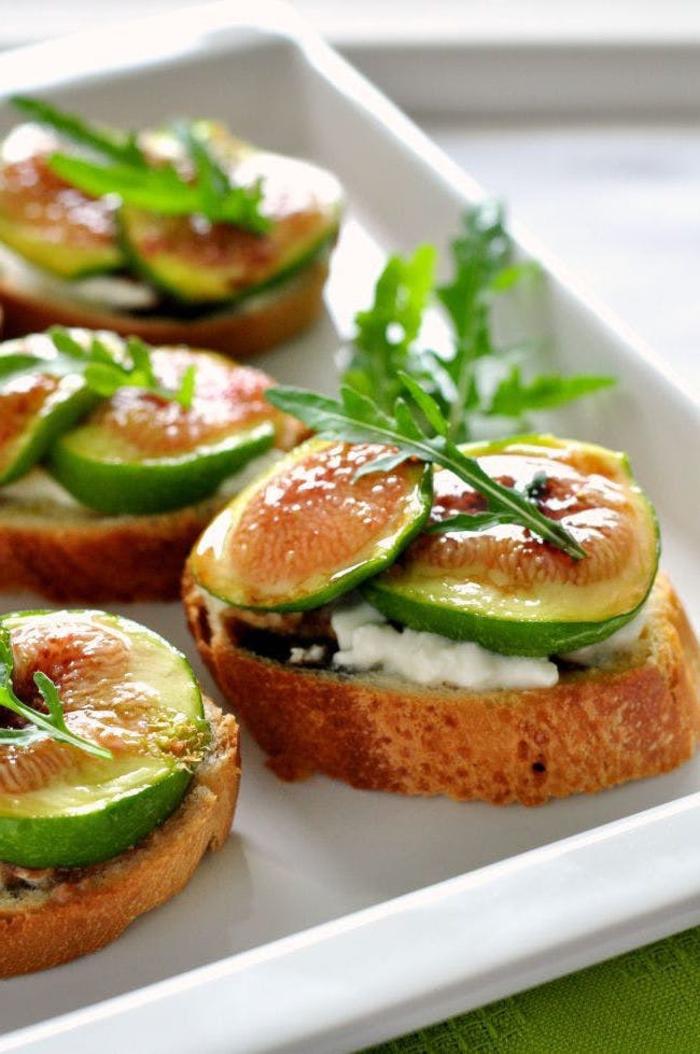 Finger food vegetariani e piccole bruschette con formaggio spalmabile e fette di fichi