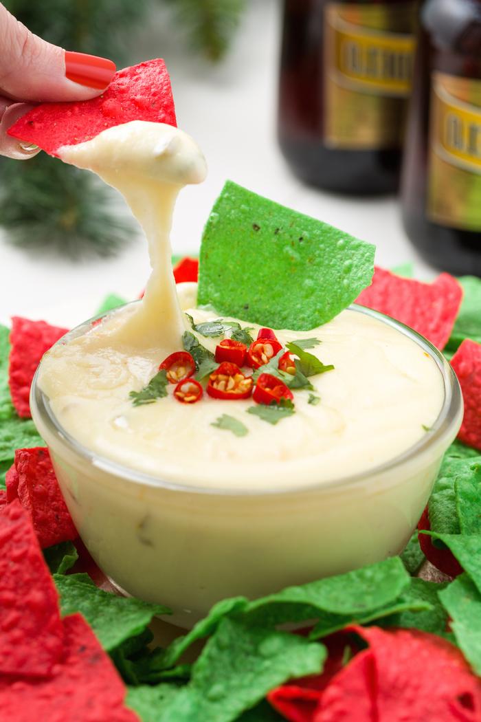 Antipasti vegetariano e un'idea per dei tortilla di colore rosso e verde in salsa bianca