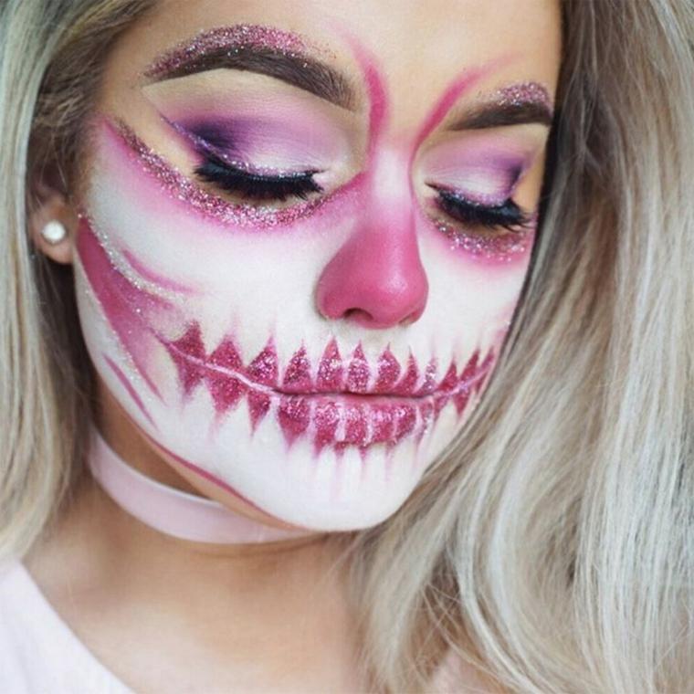 Trucchi per Halloween semplici, ragazza con un make up da sugar skull con ombretto rosa e bianco