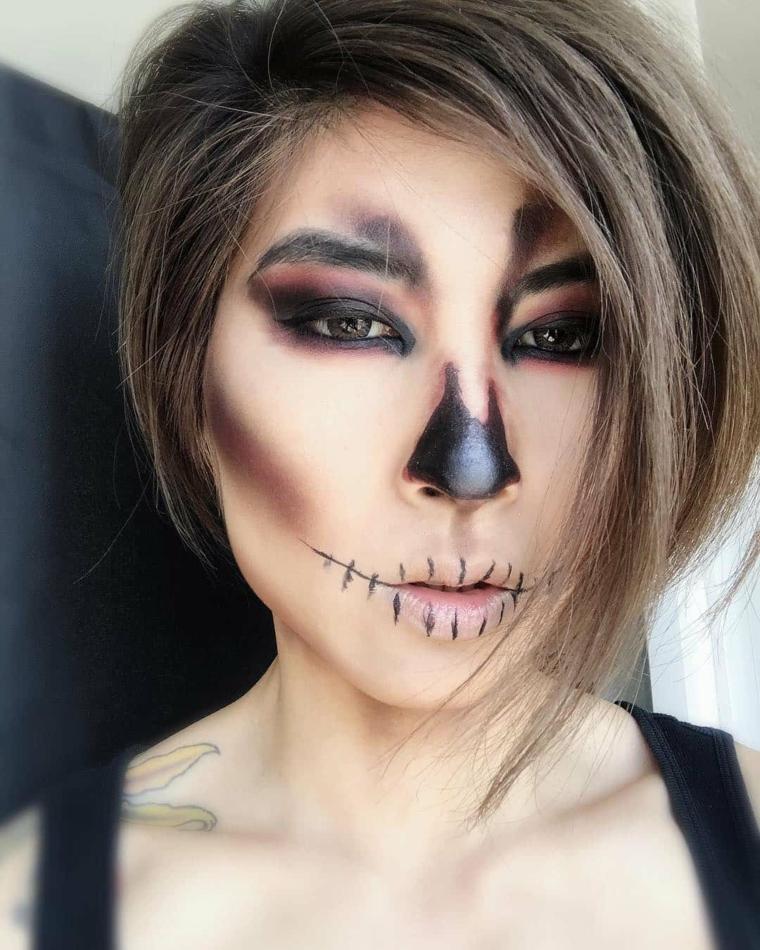 Trucchi per Halloween semplici, ragazza con un make up da scheletro con contouring e bocca cucita
