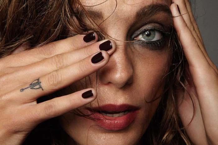 Idea per dei tatuaggi piccoli sulle mani e uno sul dito anulare di una donna