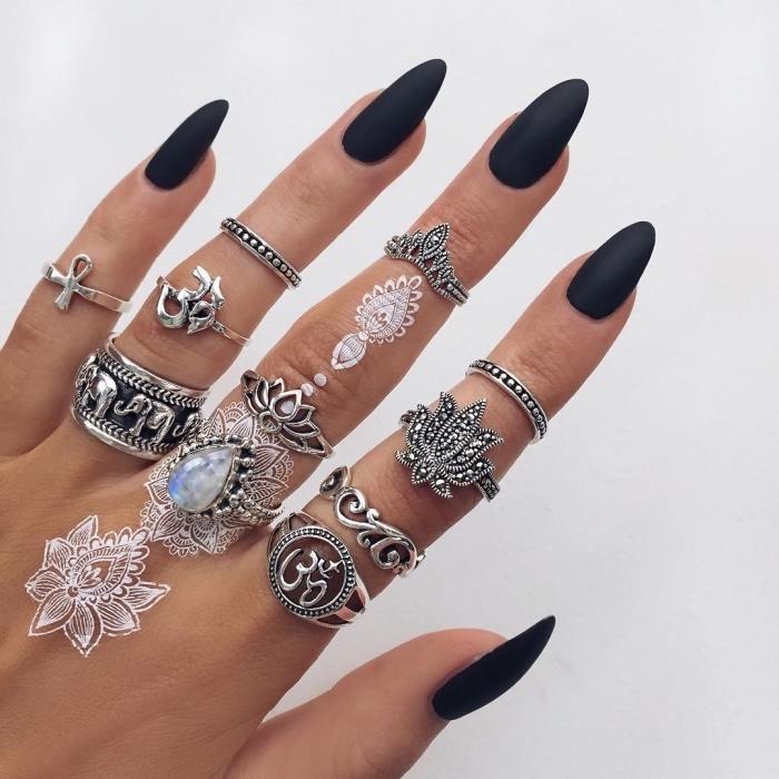 Idea tatuaggi piccoli sulle mani e un tattoo henna di colore bianco
