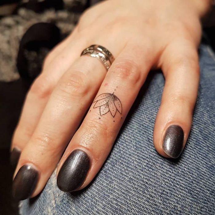 Idea per dei tatuaggi piccoli mani e un'idea con fiore di loto sul dito anulare di una donna