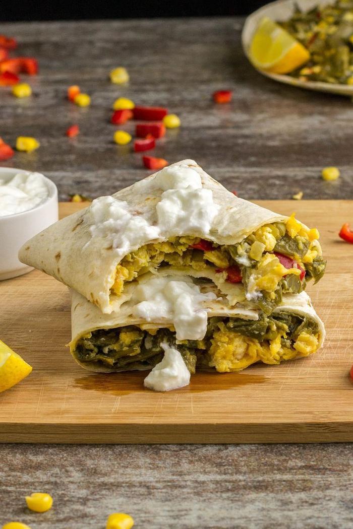 Stuzzichini salati vegan e un'idea con tortilla alle uova e verdure in salsa bianca