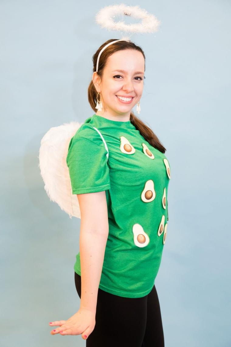 Ragazza con una maglietta verde con avocado stampato, idea per costume originale per Halloween
