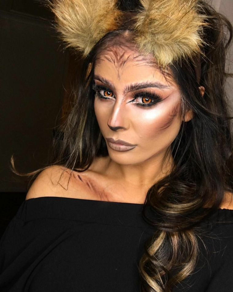 Ragazza con un make up da gattina con le orecchie, acconciatura capelli neri ricci