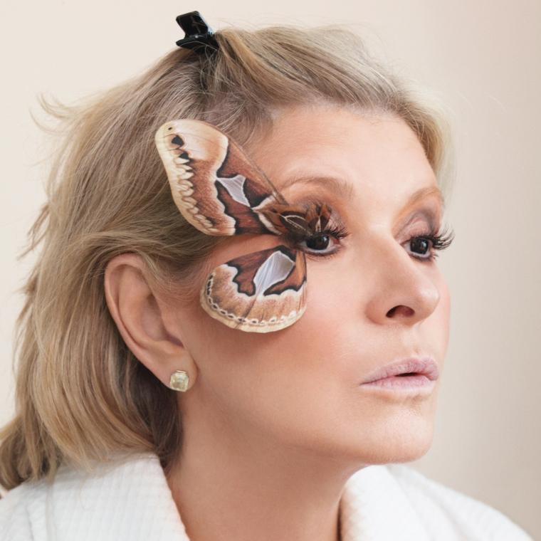 Donna con un make up elegante per Halloween con farfalla attaccata all'occhio