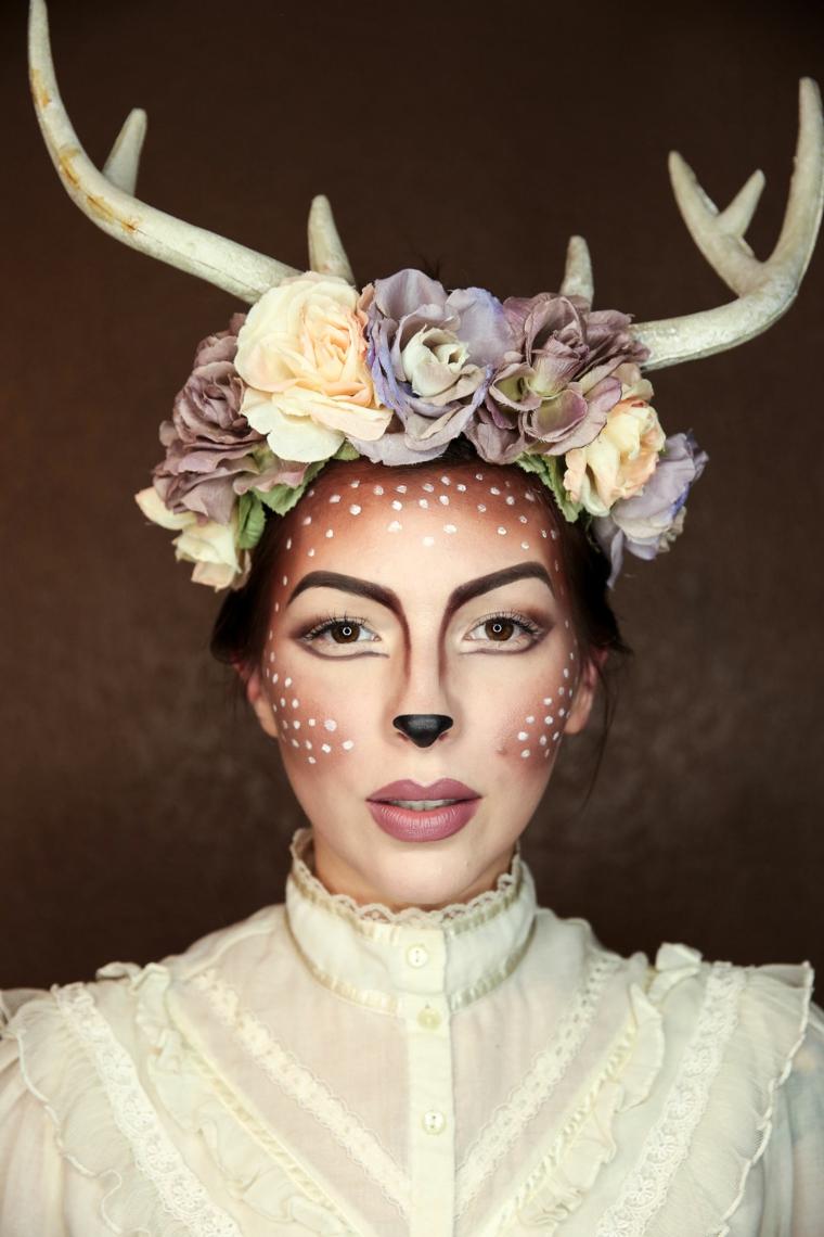 Idee per dei trucchi semplici per Halloween, ragazza truccata come un cervo con corna e cerchietto di fiori