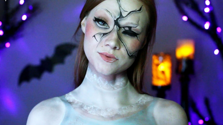 Trucco Halloween ragazza, idea make up di una bambola rotta con blush rosa e rossetto lucido