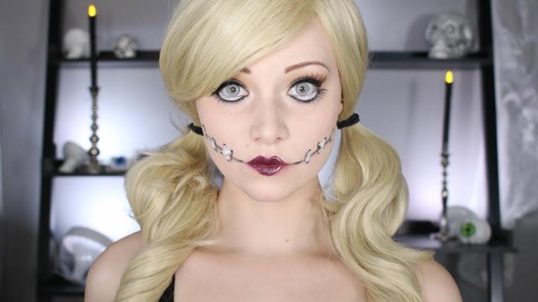 Trucco bambola assassina, ragazza con i capelli biondi e cuciture sul viso