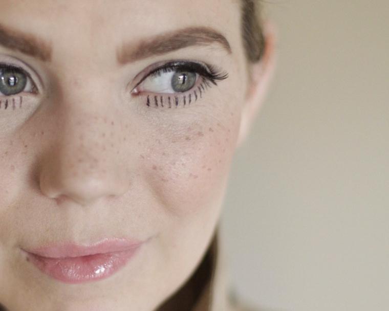 Trucco Halloween ragazza, make up occhi con mascara nera e linee con eyeliner