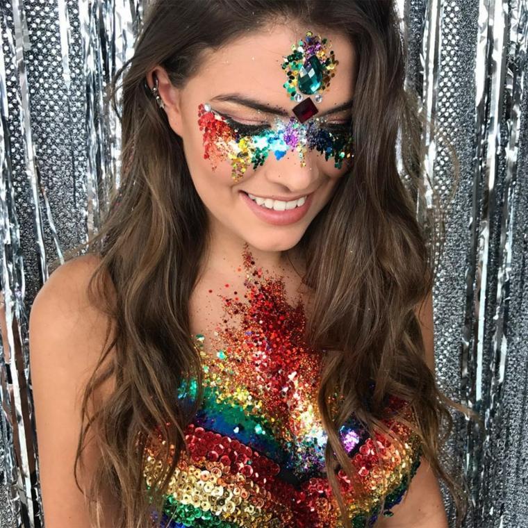 Ragazza con un make up di lustrini colorati per Halloween