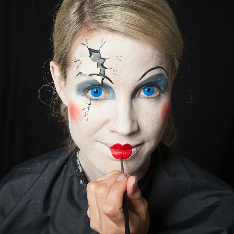 Trucchi per Halloween semplici, ragazza con un make up bambola di porcellana con spaccatura sul viso