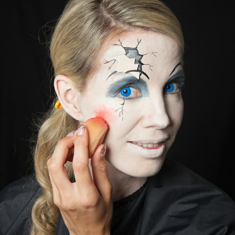 Trucchi Halloween facili, ragazza con i capelli biondi truccata come una bambola di porcellana