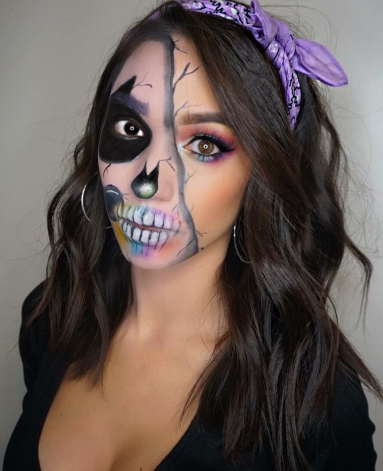 Trucchi semplici per Halloween, ragazza truccata per la metà della faccia come uno scheletro