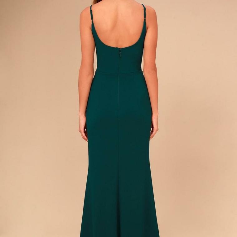 Abito schiena scoperta di colore verde, tubino elegante e stretto per una cerimonia