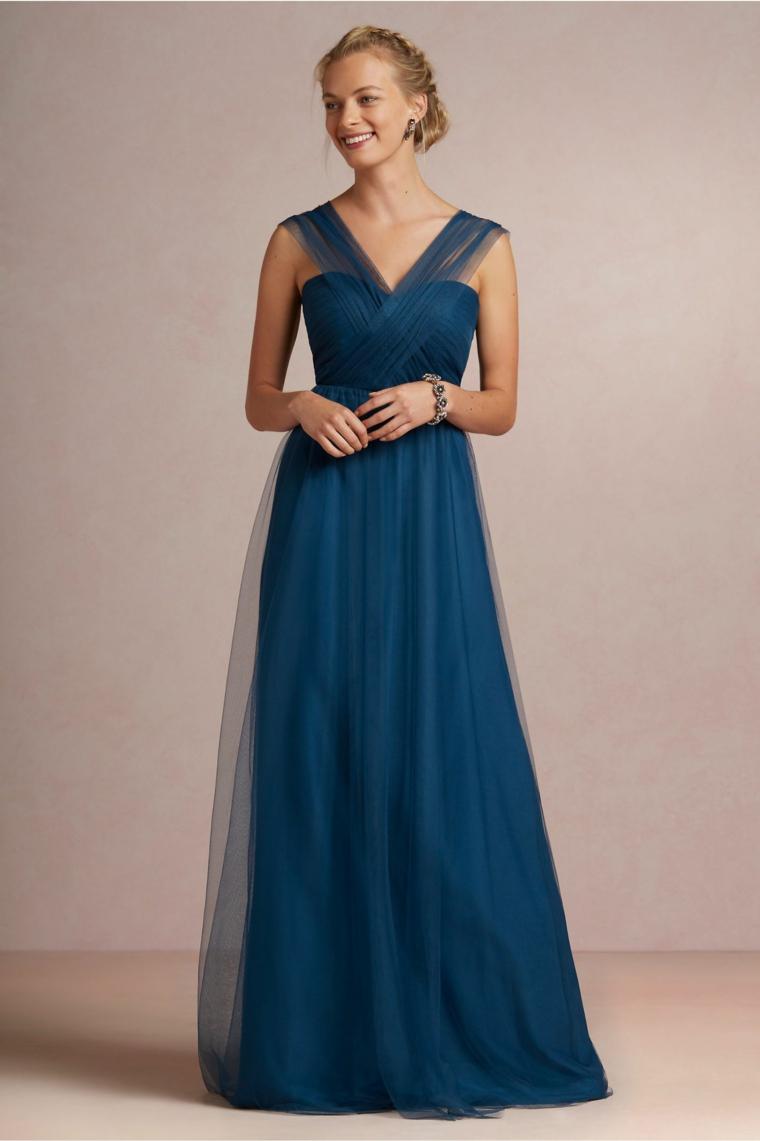 Donna vestita con un abito elegante da cerimonia di colore blu e tulle