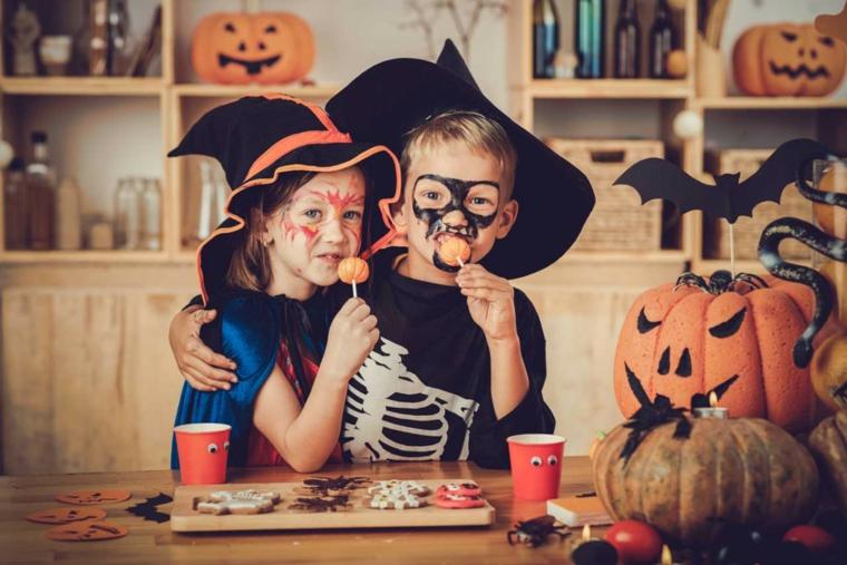 Costumi Halloween bambina, idea per una festa con dolcetti e zucche decorate