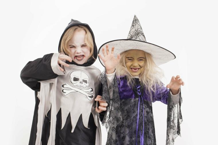 Costumi Halloween bambina e un'idea di abbigliamento da streghetta con cappello e trucco a tema