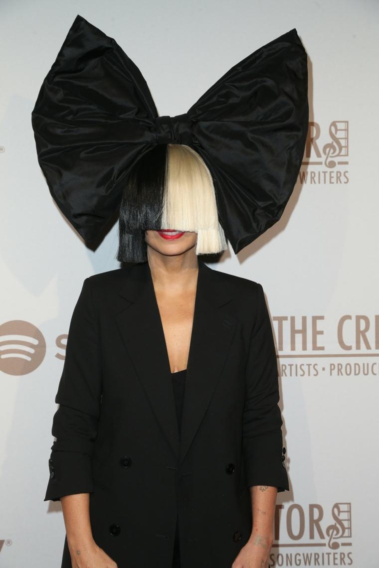 Ragazza con capelli biondi e neri per la metà e un fiocco nero molto grande in testa