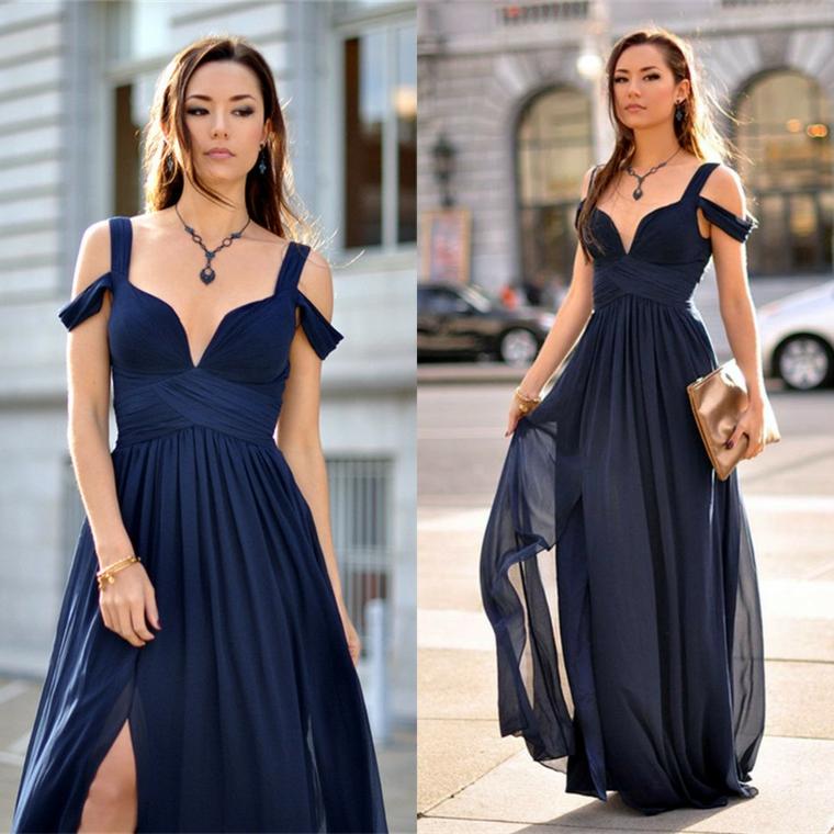 Abito di colore blu scuro con spacco laterale e scollatura a V, donna vestita in modo elegante per una cerimonia