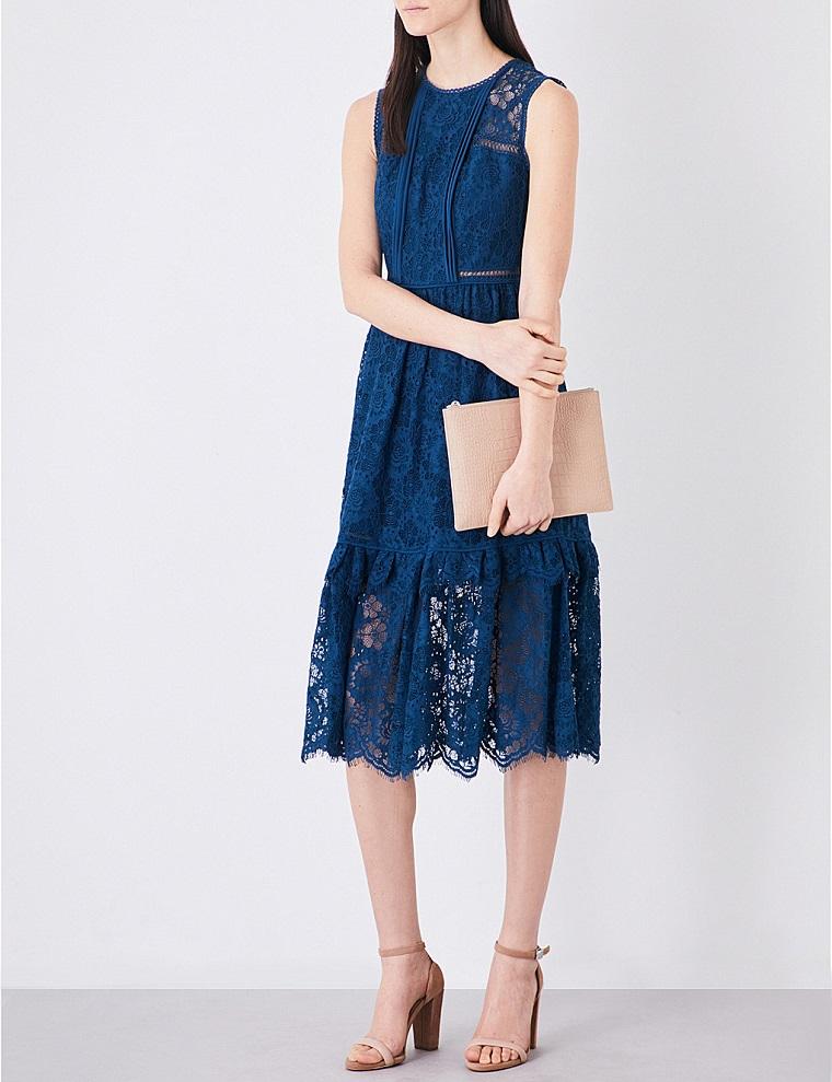 Idea abbigliamento con dei vestiti lunghi estivi ed eleganti di colore blu con pizzo