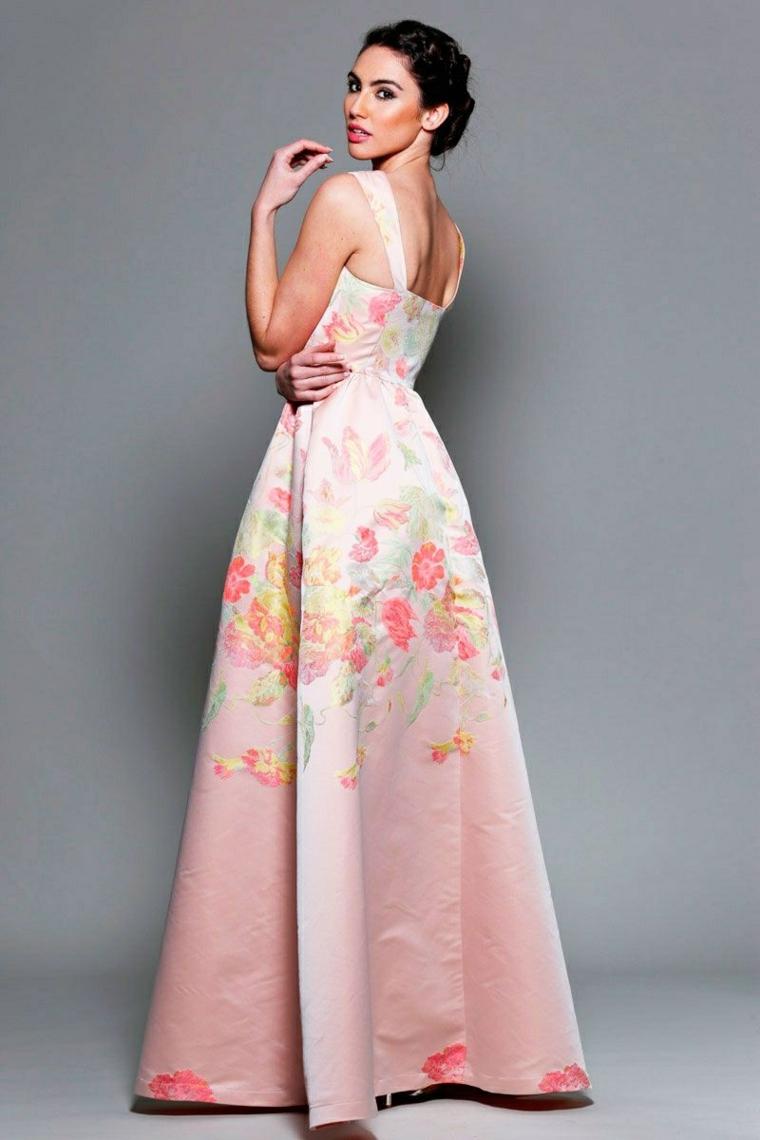 Abito elegante di colore rosa con stampa floreale ideale per un matrimonio