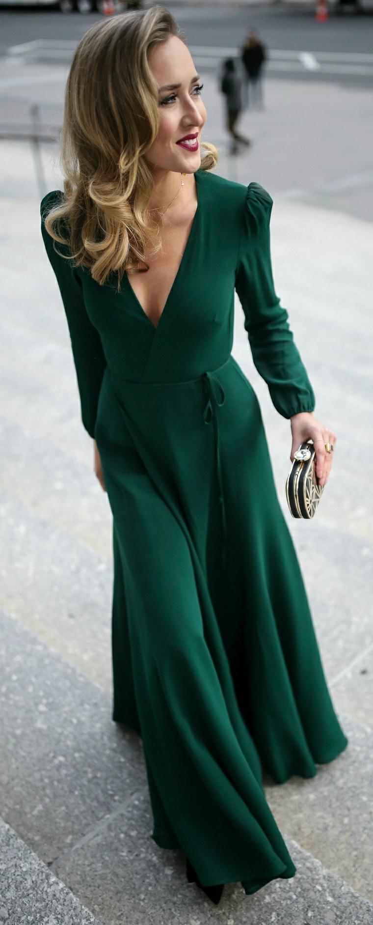 Abito elegante e lungo di colore verde, vestito con scollatura a V e spacco davanti